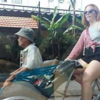 Thấy bác xích lô già yếu, cô tây xung phong chở bác đi dạo phố Sài Gòn luôn!